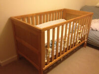 Hampshire Cot Bed (mattress, mobile, sheets incl) - great condition!