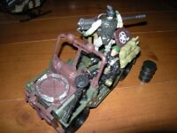 H M SOLDIER FORCE JEEP AND TWO SOLDIERS GUNS AND OIL BARREL