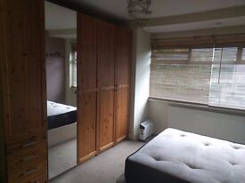 Clean and tidy double room with good amount of storage to let in Hendon, NW4.
