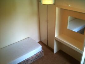 Comfortable single room available in shared house, Leatherhead town centre