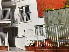 1 bedroom flat in Walnut Tree Close, Guildford, GU1 (1 bed) (#1021035)
