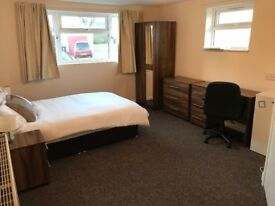 COUPLES ENSUITE ROOM AVAILABLE IN COWLEY NOW