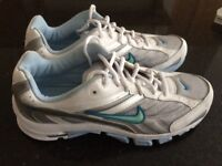 Nike Air (Dual-D) Ladies Trainers (Size 8.5 UK/ 43 Eur) in White/Light Blue