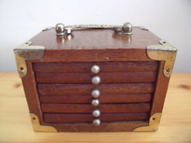 Novelty vintage wood and cork coaster set and holder made to look like a chest of drawers. £5 ovno