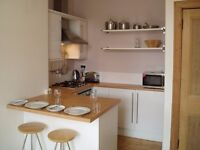 CITY CENTRE (Bellevue): Immaculate 1 bedroom fully furnished, light, professional 2nd floor flat.