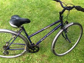 "Raleigh women hybrid bike 700x35c wheels,17""frame,6 gears,mudguards,standing leg, working order."