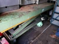 Hydraulic industrial work bench