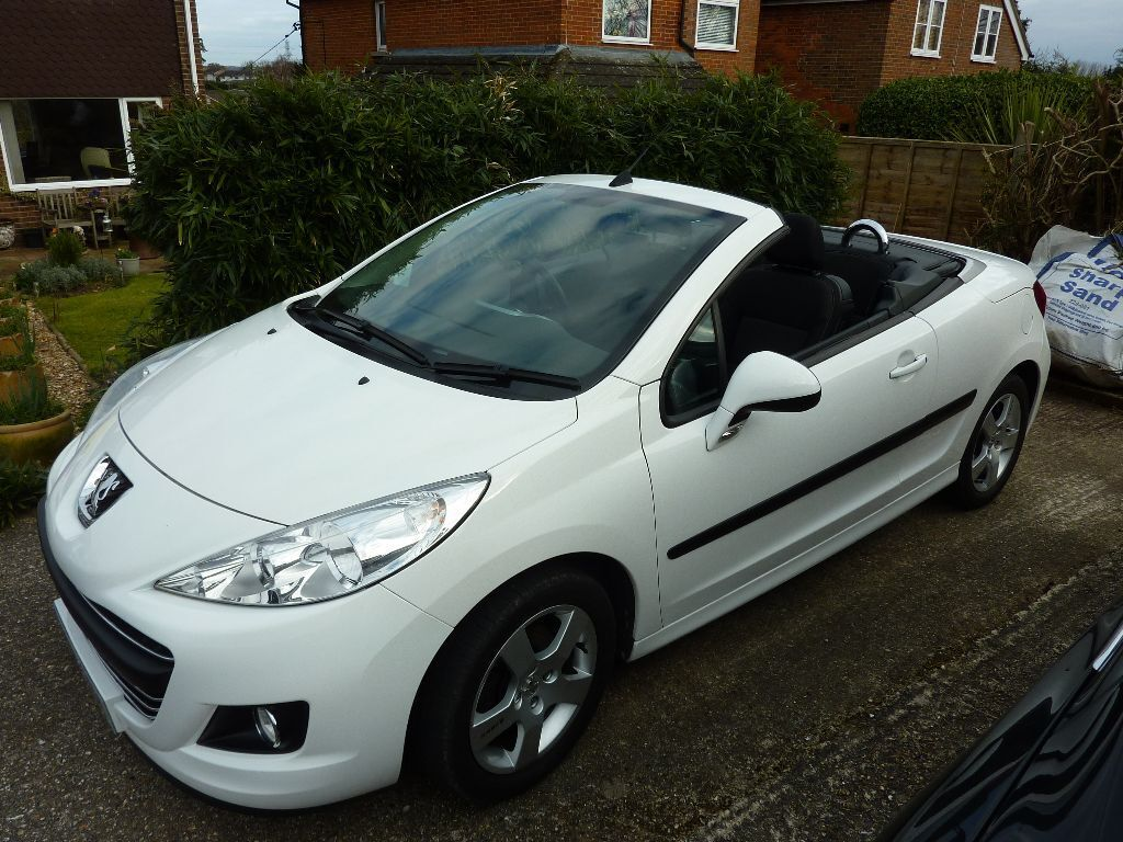 peugeot 207 cc 1 6 vti white low mileage beautiful just serviced still under warranty mot. Black Bedroom Furniture Sets. Home Design Ideas