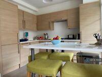 3 bedroom flat in Binstead House, London, SW18 (3 bed) (#719586)
