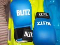 a pair if karate blitz mitts without thumbs