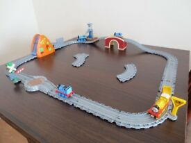 THOMAS THE TANK & FRIENDS TAKE AND PLAY TRAIN SET WITH SOUNDS & LIGHTS + 5 TRAINS £15 O.N.O.