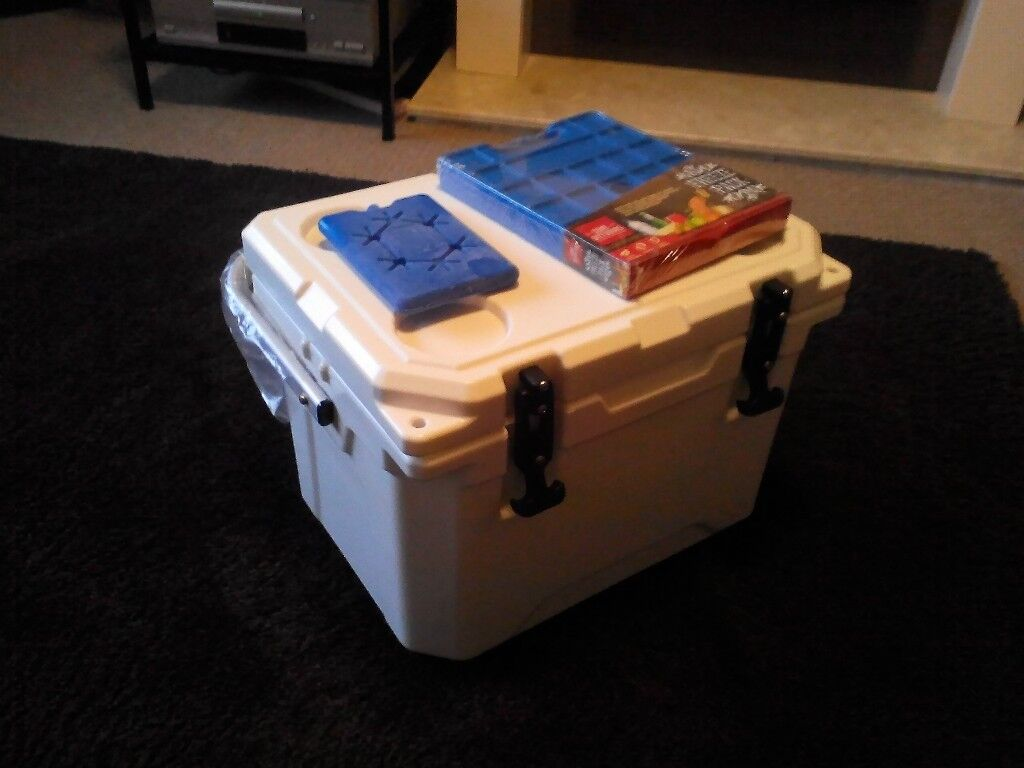 New artic white nomad 20l rotomolded cool box cooler with an xlarge freeze block