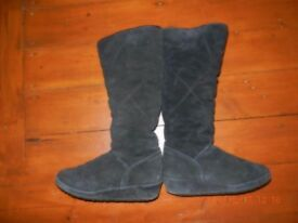 BLACK KNEE LENGTH SUEDE BOOTS