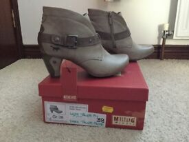 Mustang ladies boots size 5 labels still on