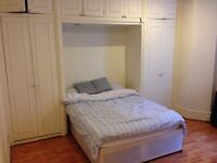 Quiet double room with ensuite in heart of Marylebone, 30sec to Edgw Rd station, 5min to Baker St
