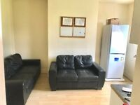 LARGE DOUBLE ROOM IN 4 BEDROOM STUDENT HOUSESHARE - £75 PER WEEK – AVAILABLE NOW