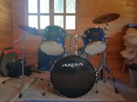 Drum Kit (with cymbals and bass pedals)