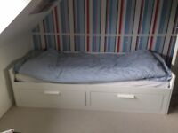 White extendable day-bed with storage