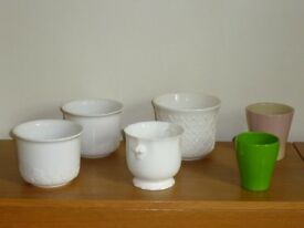 SELECTION OF 6 PLANT POTS FOR THE HOME - 4 WHITE / 1 GREEN / 1 PINK