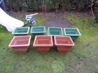 7x plastic plant pots.