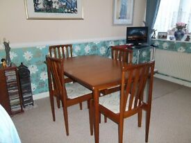 extendable dining table and 6 chairs (Meredew Make )