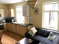 2 bedroom flat in Penwith Road, London, SW18 (2 bed) (#1016917)