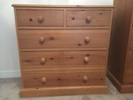 Solid pine chest of drawers 900mm(H), 920mm(W), 420mm(D). Used & in good condition.