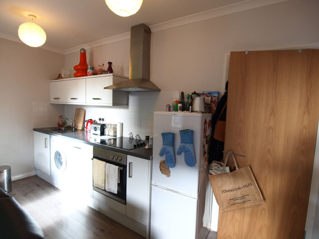 *BACK ON THE MARKET & REDUCED TO LET QUICK*Large & modern 1 bed second from Angel Tub & Upper Street