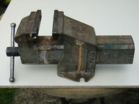 BENCH VICE. Very good working condition. Robust . Jaws measure 100 x 20mm. Max opening c.1200mm