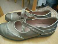 Brand new Caravelle leather lined shoes(size 8)