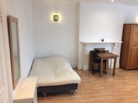 Lovely spacious studio available in the centre of Twyford!