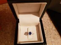 Stunning 18k white gold sapphire and diamond ring