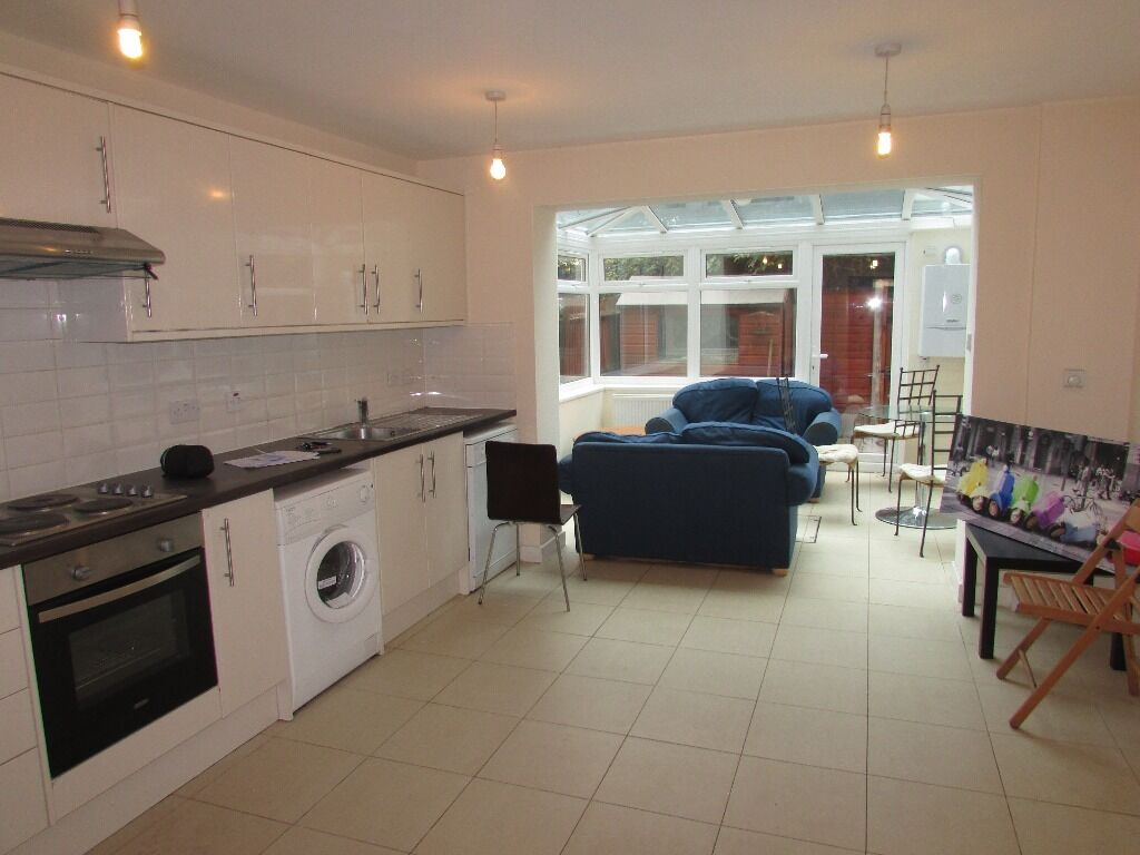 CALLING ALL STUDENTS LARGE 5 BED 3 BATH TOWNHOUSE CLIOSE TO ISLAND GARDENS DLR STATION FERRY STREET