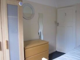 Winter Short Let - Single Room Friendly Houseshare Quiet Neighbourhood near Tolworth Station