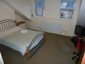 Stranmillis HMO cert. property: DOUBLE room with SINK on top floor front of 5 bed house