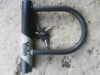 """Yale solid steel """"D"""" bike lock"""