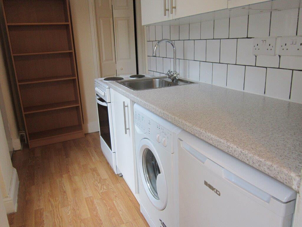 £270 / w - One bedroom flat with separate reception room minutes from Hammersmith station