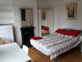 Lovely big room. 2 mins to LEYTON. No other bills