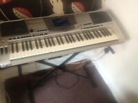 YAHAMA PSR 2000 FULLY WORKING WITH A STAND BARGAIN 300 £ TODAY