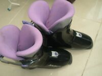Ladies/girls ski boots. simple to fasten and comfortable. size 5