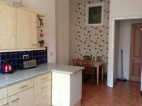 THREE BEDROOM SPACIOUS 2ND FLOOR FLAT ON BYRES ROAD IN HEART OF THE WEST END GLASGOW AVAILABLE NOW