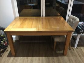 Solid oak dinning table (extendable) seats 6/8