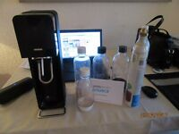 AS NEW SODASTREAM SOURCE BLACK WITH 2 GAZ CYLINDERS AND EXTRA DRINK BOTTLES