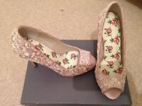 Ladies lace shoes, size 5