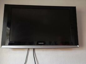"Samsung 40""tv with wall bracket,remotes and toshiba dvd player"