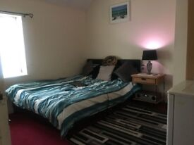 King Size Bedroom for rent,shared kitchen and bathroom with ladies,10mins walk from chadwell heath