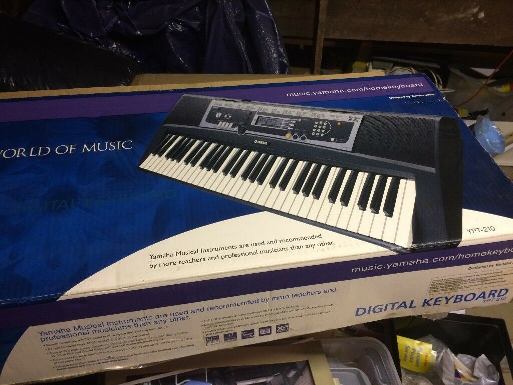 Yamaha keyboard in box. 2 songbook and 1 how to write music book.