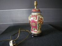 "15"" ORIENTAL TABLE LAMP. CERAMIC AND GILT DETAIL ON WOODEN PLYNTH. BEAUTIFUL LAMP."
