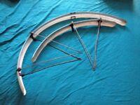 Bicycle mudguard set and Rear wheel