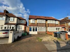 Casa cu 5 camere, living room, 2 bai , gradina si parare in Queensbury